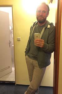 Undertegnede i sivile klær, valgt ene og alene for at de blir små når de rulles sammen. Og grått er aldri ute. Eller?