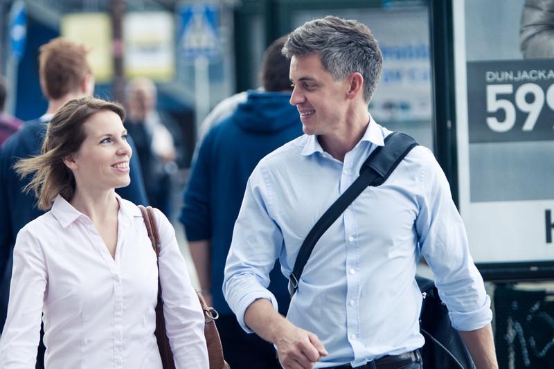 mann og kvinne ser på hverandre